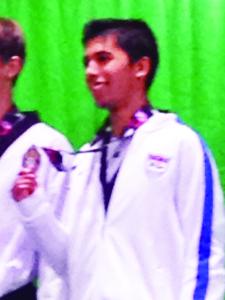 Faaris Hays, contento con su medalla.