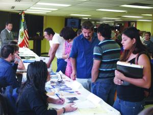 Las diferentes organizaciones, entre ellas OSHA, apoyando a la comunidad durante la feria informativa.