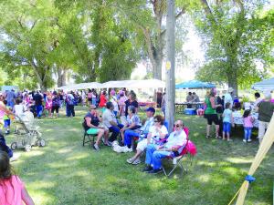 La comunidad de San Luis disfrutando de su evento.