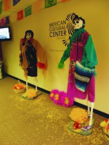 La tradicional celebración del Día de Muertos se puede apreciar, su arte, representación artesanal en el Centro Cultural Mexicano. (Foto de Germán González)