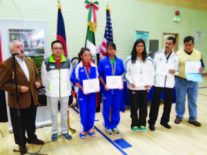 En el momento de hacer entrega de los respectivos reconocimientos. (Foto de Germán González)