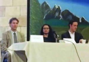 Los abogadosn de inmigración, Matt Shaftel, Lorena Marez y Hans Meyer, respondiendo las dudas de los asistentes.