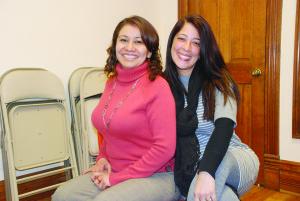Claudia y Maryan instructoras de Yoga de El Centro para Víctimas de Crimen de Denver. (Foto de Mary A. Flores).
