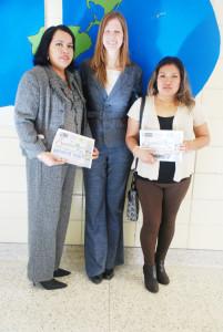 De izq. a derecha: Maria de la Vega, voluntaria de la escuela,  la Directora Jennifer y Margarita también voluntaria de la escuela Crawford. (fotos de Mary A. Flores).