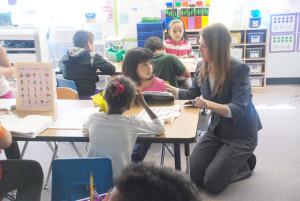 La Directora Jennifer saludando a los estudiantes en uno de los salones de clase de la escuela.