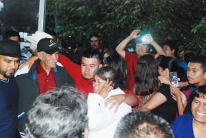 La señora Manuela Zapata llorando con sus hijos....