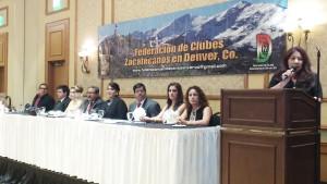 Mary A. Flores presidenta de La Prensa de Colorado, presentando a las personalidades del presídium.