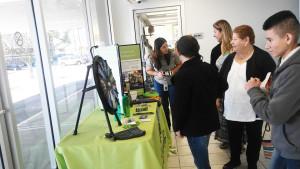 Angélica Barajas informando a la comunidad sobre la donación de órganos, ojos y tejidos. (Fotos: LPDC/Mary A. Flores).