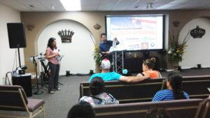 Gabby Hernández asistiendo a Jon (agente del Servicio de Ciudadanía e Inmigración de los EEUU) en la traducción. (Fotos: LPDC/Mary A. Flores).