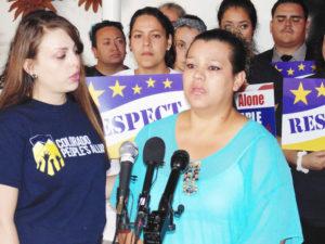 Lizeth Chacón escuchando el sentir de una madre de familia y su frustración por frenar las acciones de DAPA Y DACA. (Fotos:lpdc/Germán González)