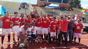Integrantes del equipo Deportivo León posando para el lente, felices de haber llegado a la final y además haber obtenido el campeonato. (Fotos: LPDC/María Castaneda).