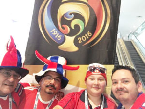 Carlos Klinger acompañado de sus hijos, viviendo la emoción de la gran final de Copa América Centenario entre Chile y Argentina.(Foto:LPDC/cortesía Carlos Klinger).