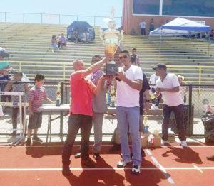 zq. José de Jesús Flores mostrando el trofeo...