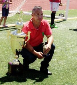 José de Jesús Flores, coach del equipo Deportivo León posando felizmente con los trofeos ganados. (Fotos: LPDC/María Castaneda).