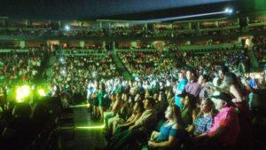Los fans atentos al inicio del concierto.