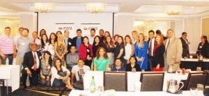 La foto del recuerdo de periodistas, panelistas, educadores y expertos de la Equidad en la educación...