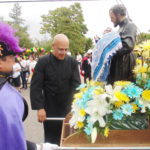 En los momentos que el Padre Lorenzo Uribe da inicio con la procesión. (Fotos: LPDC/Germán González).