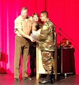 Oscar Negrete recibe diploma de graduación.