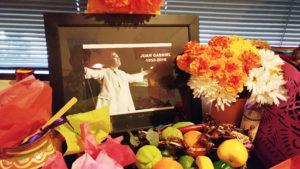 El altar por el Día de Muertos, como un homenaje a Juan Gabriel.