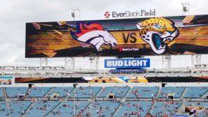 Desde muy temprana hora los seguidores de los Broncos se daban cita en el estadio de los Jaguars par apoyar a su equipo. (Foto: LPDF/ Steve Olguin).