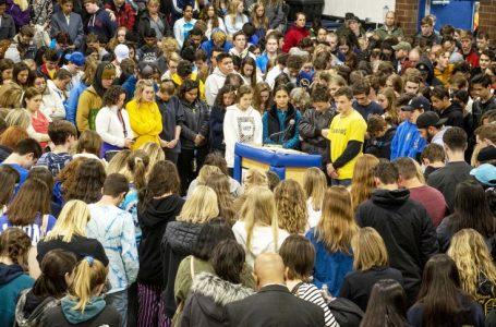 Estudiantes de la Escuela STEM salen corriendo