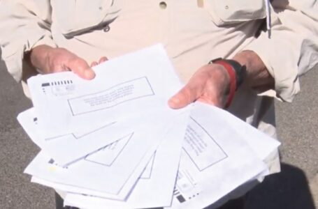 Encuentran boletas electorales al costado de la carretera