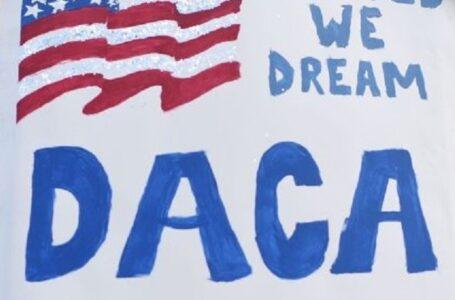 El juez de distrito ordena a la administración Trump que acepte nuevas solicitudes de DACA