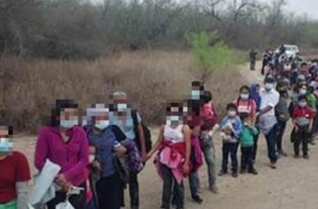 Migrantes que esperan ser recibidos por Biden, secuestrados y retenidos por rescate en Texas, policías los rescatan