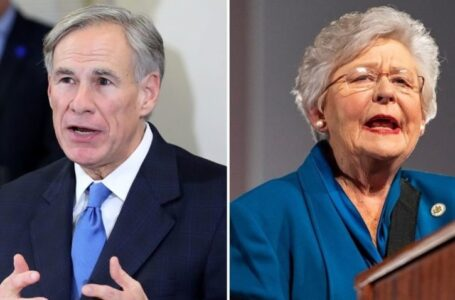 Dos gobernadores dicen que finalmente es hora de 'avanzar' después de que los mandatos por COVID-19 lleguen a su fin