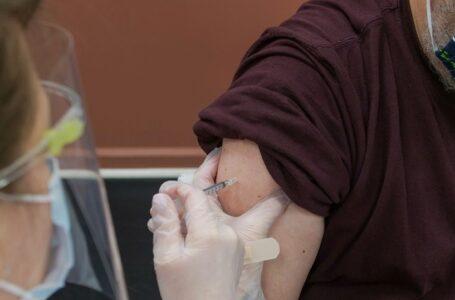"""Hombre """"joven y sano"""" sufre accidente cerebrovascular horas después de recibir la vacuna J&J"""