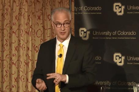 Renuncia presidente de la Universidad de Colorado