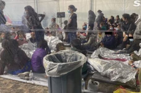"""Condiciones """"sucias"""" de miles de niños migrantes detenidos en campamento de tiendas de campaña"""