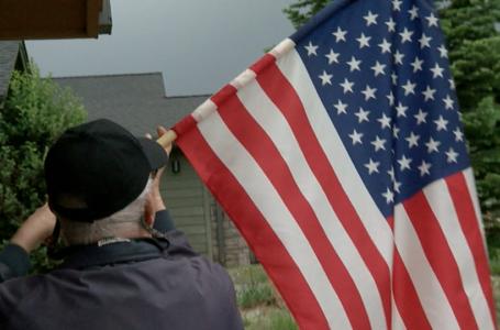 Veteranos en casa de retiro exhibiendo la bandera por el orgullo por el país