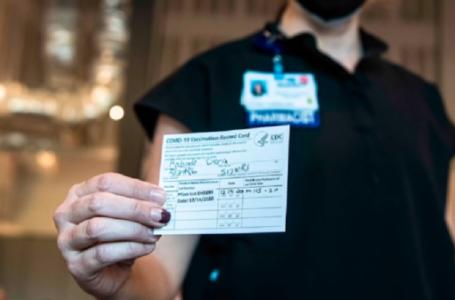 Director de los CDC argumenta que los pasaportes de vacunación son inútiles