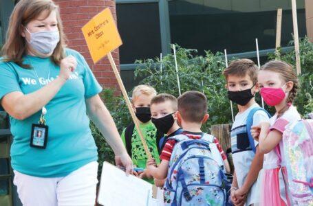 Los estudiantes más jóvenes regresan a la escuela con el rostro cubierto nuevamente